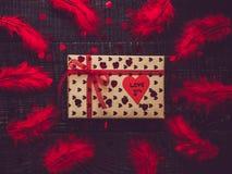 Kleurrijk giftvakje en document hart met woorden van liefde royalty-vrije stock afbeelding