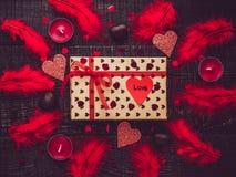 Kleurrijk giftvakje en document hart met woorden van liefde royalty-vrije stock fotografie
