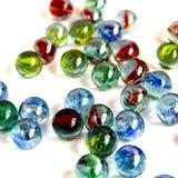 Kleurrijk, glas, achtergrond, wit, bal, blauw, geel geïsoleerd rood, pret, ronde bezinning, klein, transparant spel, stuk speelgo stock afbeelding