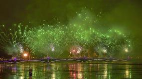 Kleurrijk groot vuurwerk toegewijd aan eind van Jaar 2017 Stock Foto's