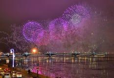 Kleurrijk groot vuurwerk toegewijd aan eind van Jaar 2017 Stock Afbeeldingen