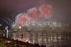 Kleurrijk groot vuurwerk toegewijd aan eind van Jaar 2017 Stock Foto