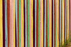 Kleurrijk houten omheinings achtergrondafdelingsconcept Stock Foto's