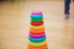 Kleurrijk houten stuk speelgoed, vorm van gekleurde houten, Babystuk speelgoed gele achtergrond stock afbeeldingen