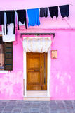 Kleurrijk huis en gewassen kleren op een rek, Burano-eiland, Venetië Royalty-vrije Stock Afbeelding