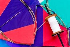 Kleurrijk Indisch vliegers en koord Stock Afbeelding