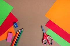 Kleurrijk karton, potloden en rode schaar Stock Foto