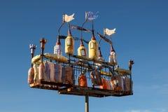 Kleurrijk kasteel van plastic flessen Het idee van recycling en afvalvermindering Stock Afbeeldingen