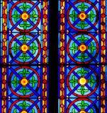 Kleurrijk Kerkgebrandschilderd glas tegen Licht in de Metropolitaanse Kathedraalbasiliek van de Veronderstelling van Onze Dame va Stock Foto