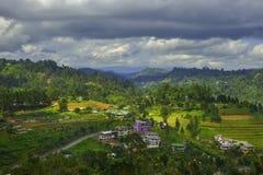 Kleurrijk klein dorp in de bergen stock foto's