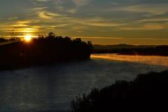 Kleurrijk landschap bij de de zomerzonsopgang op de rivier Royalty-vrije Stock Foto's