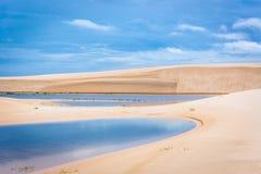 Kleurrijk landschap bij nationaal park van Lencois Maranhenses, één van de meest beuatiful bestemming in Brazilië stock foto's