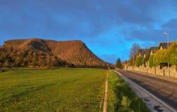 Kleurrijk landschap, het gebied van de berghemel, en weg stock afbeeldingen