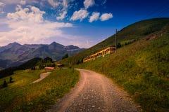 Kleurrijk landschap in het Jungfrau-gebied met de bergtrein van Lauterbrunnen aan Kleine Scheidegg Wengen, Bernese-Alpen, Sw stock afbeeldingen