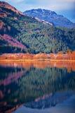 Kleurrijk landschapslandschap van heuvelhelling en berg Stock Foto's