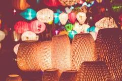 Kleurrijk lantaarns uitgespreid licht op de oude straat van Hoi An Ancie stock foto