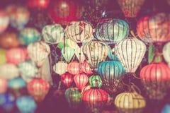 Kleurrijk lantaarns uitgespreid licht op de oude straat van Hoi An Ancient Town Selectieve nadruk royalty-vrije stock fotografie