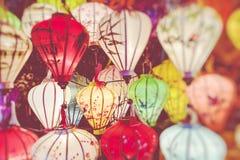 Kleurrijk lantaarns uitgespreid licht op de oude straat van Hoi An Ancient Town Selectieve nadruk stock afbeeldingen