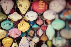 Kleurrijk lantaarns uitgespreid licht op de oude straat van Hoi An Ancient Town Selectieve nadruk royalty-vrije stock foto