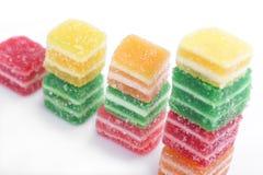 Kleurrijk marmeladesuikergoed dat op witte backg wordt geïsoleerds Royalty-vrije Stock Afbeeldingen