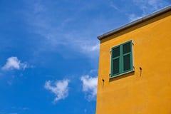 Kleurrijk Mediterraan Huis Stock Afbeeldingen