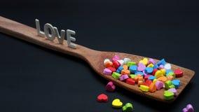 Kleurrijk Mini Hearts in de lang-handvatgietlepel Stock Afbeeldingen
