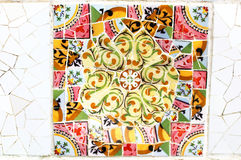 Kleurrijk mozaïek in beroemde Parc Guell in Barcelona, Spanje Stock Afbeelding