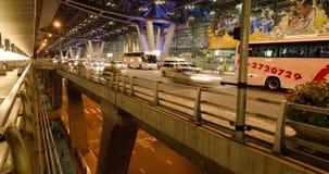 Kleurrijk nachtverkeer, die stad gelijk maken de beweging van auto's, auto's op de brug in motie, Bangkok, timelapse stock footage