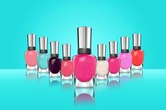 Kleurrijk nagellak op blauwe achtergrond stock foto's