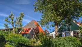 Kleurrijk Nederlands huis op een duidelijke en heldere dag Royalty-vrije Stock Foto