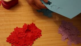 Kleurrijk nietmachine model bloemendocument stock footage