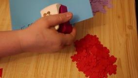 Kleurrijk nietmachine model bloemendocument stock videobeelden
