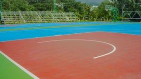 Kleurrijk nieuw Openluchtbasketbalhof royalty-vrije stock afbeelding
