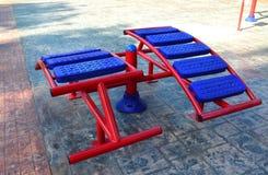 Kleurrijk Oefeningsmateriaal in openbaar park stock fotografie