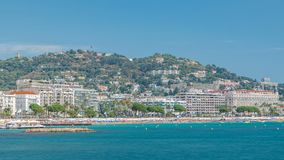 Kleurrijk oud stad en strand in Cannes timelapse op Franse Riviera in een mooie de zomerdag, Frankrijk stock video