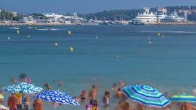 Kleurrijk oud stad en strand in Cannes timelapse op Franse Riviera in een mooie de zomerdag, Frankrijk stock videobeelden