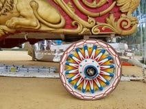 Kleurrijk oud wagenwiel stock afbeelding