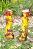 Kleurrijk Paar van Wellies in Tuin Royalty-vrije Stock Fotografie