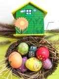 Kleurrijk paasei met groene huisachtergrond royalty-vrije stock foto's