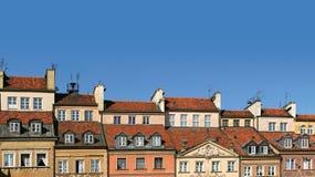 Kleurrijk panorama van daken van oude huizen in de stad Stock Foto's