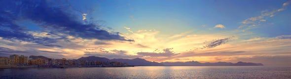 Kleurrijk panorama van de kustlijn van Sicilië met bewolkte zonsonderganghemel Royalty-vrije Stock Fotografie