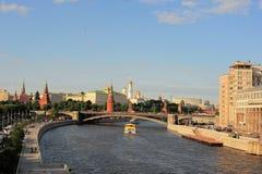 Kleurrijk panorama van Moskou - het Kremlin, Moskva-rivierdijk, Grote steenbrug, plezierboot, Rusland, Europa royalty-vrije stock afbeelding