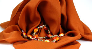 Kleurrijk parels gedrapeerd wit Stock Foto