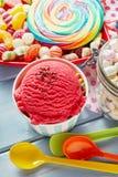 Kleurrijk partijsnoepjes, suikergoed en bessenroomijs stock foto's