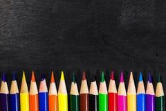Kleurrijk pastelkleurkleurpotlood op oud bureau Stock Foto