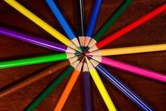 Kleurrijk pastelkleurkleurpotlood op oud bureau Royalty-vrije Stock Foto's