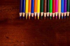 Kleurrijk pastelkleurkleurpotlood op oud bureau Stock Afbeeldingen