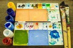 Kleurrijk penseel en palet Stock Afbeelding