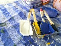 Kleurrijk Penseel op blauw blad stock foto's