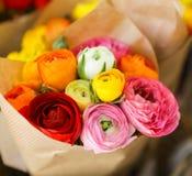 Kleurrijk Perzisch boterbloemenbloemen of Ranunculus asiaticusboeket in de bloemenwinkel royalty-vrije stock fotografie